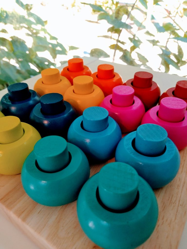 wooden toy: color matching peg board