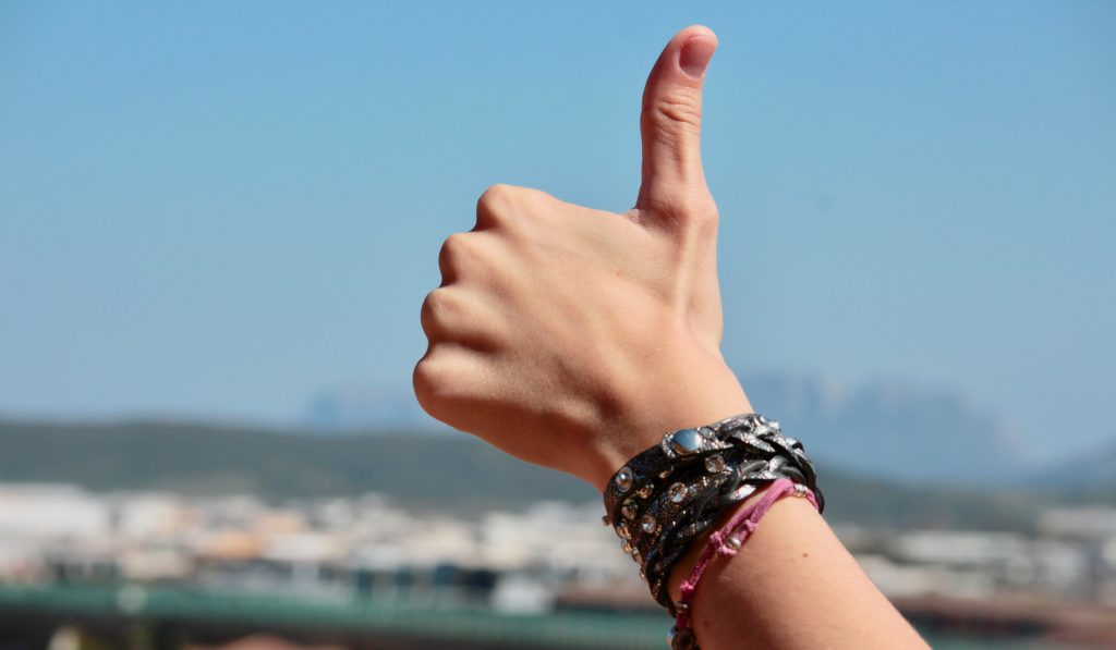 Effective praise image of Hand doing a thumbs up.